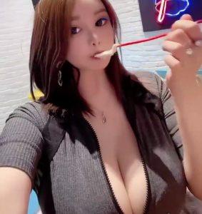 Menglu Veronica eating
