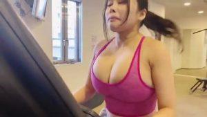 Mion Hazuki running in the gymn